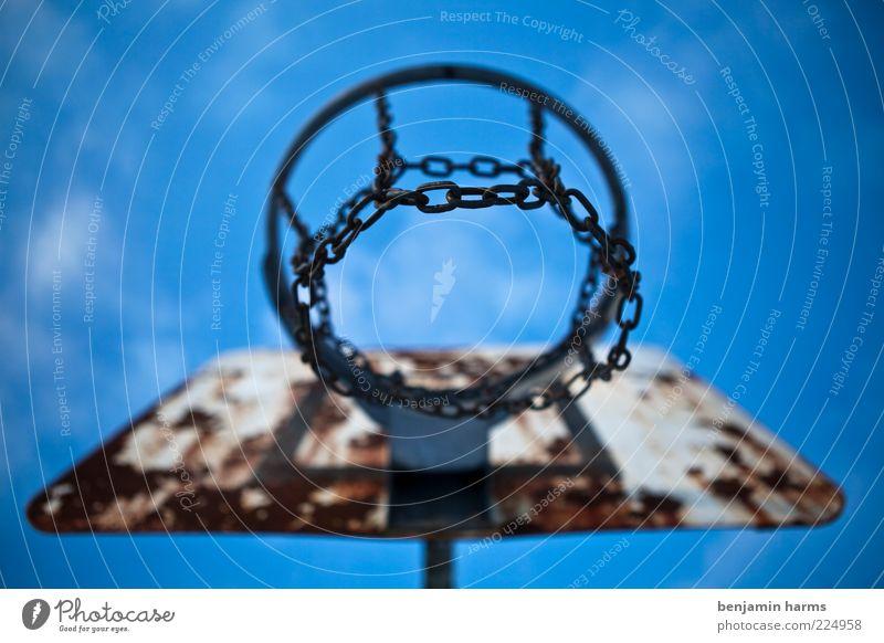 ... alt Sport Metall kaputt verfallen Stahl Verfall Rost aufwärts Blauer Himmel verwittert Basketballkorb Ballsport Kettenglied himmelwärts Zahn der Zeit