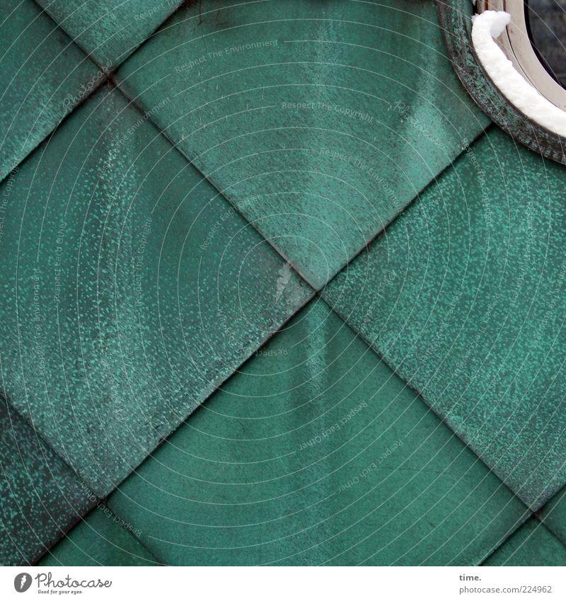 Schuppenschuppen mit Schneedeko grün Wand Fenster Hintergrundbild Fassade Ecke Quadrat Kreuz türkis diagonal Geometrie parallel Symmetrie Blech