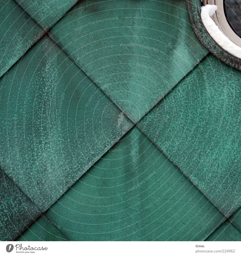 Schuppenschuppen mit Schneedeko grün Wand Schnee Fenster Hintergrundbild Fassade Ecke rund Quadrat Kreuz türkis diagonal Geometrie parallel Symmetrie Blech