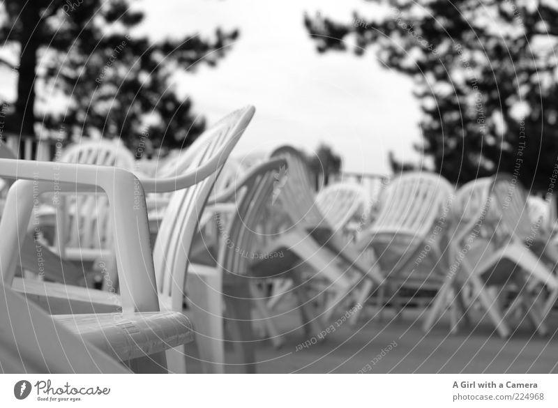 many a story weiß Sommer ruhig warten geschlossen Tisch Stuhl einfach Idylle Gastronomie Kunststoff Balkon Restaurant Café Terrasse Sitzgelegenheit