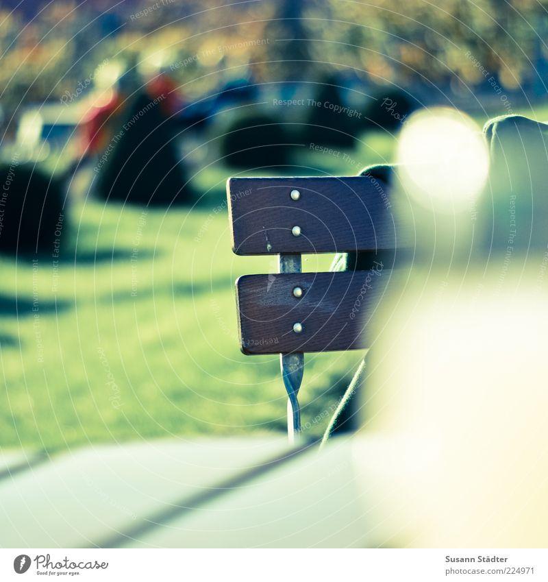 Spätsommerabendgenuß Stuhl Gartenstuhl Tisch Farbfoto Außenaufnahme Detailaufnahme Abend Dämmerung Licht Schatten Unschärfe Zentralperspektive Gartenmöbel