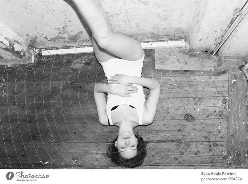 na und feminin Junge Frau Jugendliche Beine 1 Mensch 18-30 Jahre Erwachsene Mauer Wand Fassade Unterwäsche Top liegen Coolness dreckig dünn trashig BH