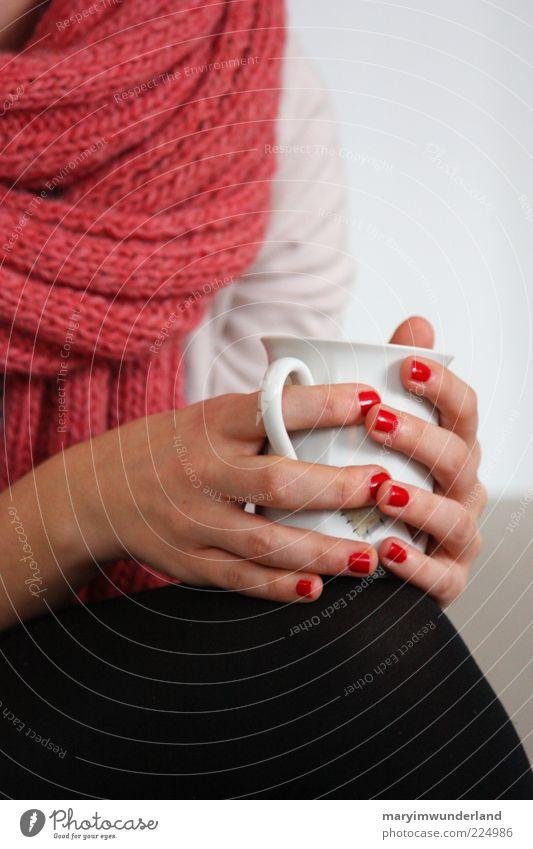 schwelgen in alten zeiten. schön Nagellack Wohlgefühl Zufriedenheit Erholung ruhig feminin Junge Frau Jugendliche Hand genießen trinken rot Schal Tasse Tee