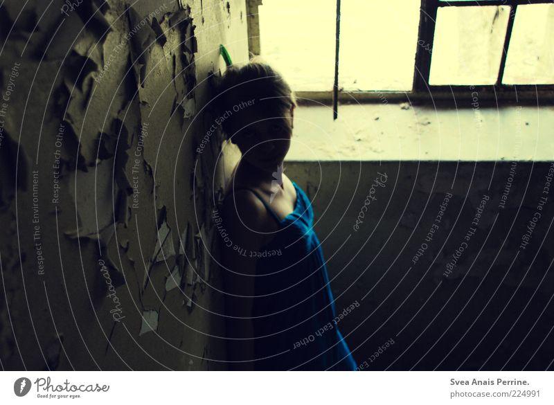 eines gibt es glücklicher weiße nicht. Mensch Jugendliche blau Einsamkeit gelb dunkel Wand feminin Gefühle Stil Mauer Stimmung Erwachsene dreckig Kleid