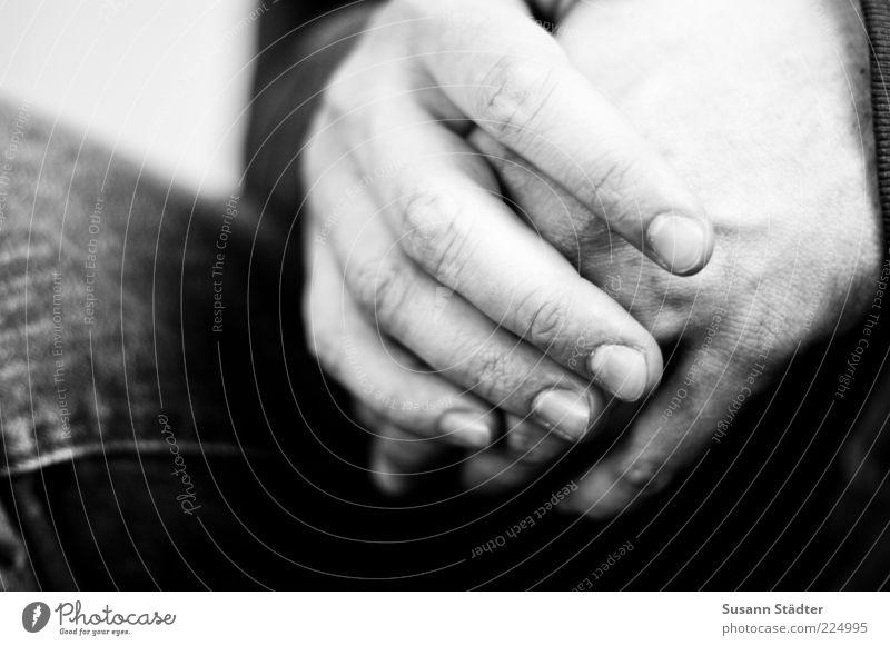 fühlen. maskulin Hand Finger warten Fingernagel gefaltet dünn Schwarzweißfoto Innenaufnahme Nahaufnahme Detailaufnahme Textfreiraum links Unschärfe Männerhand