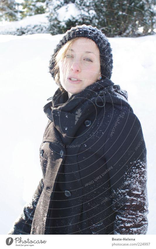 Jetzt reicht es aber - Schnee ade! Junge Frau Jugendliche Kopf 18-30 Jahre Erwachsene Natur Winter Mantel Mütze blond Blick authentisch schön dünn schwarz weiß