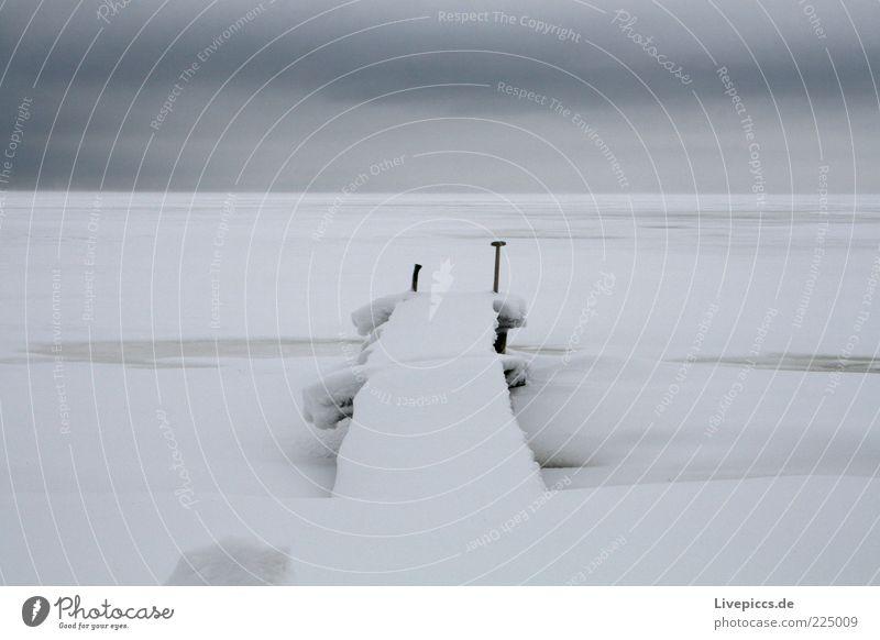 Endless... weiß Winter Ferne kalt dunkel Schnee grau Eis Horizont Frost Unendlichkeit Ende gefroren Seeufer Anlegestelle Surrealismus