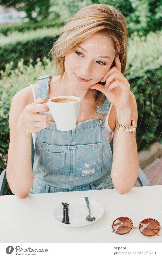 Mädchen Kaffee Frühstück Abendessen Lifestyle Freude Glück schön Gesicht Mensch feminin Frau Erwachsene Freundschaft 1 13-18 Jahre Jugendliche 18-30 Jahre