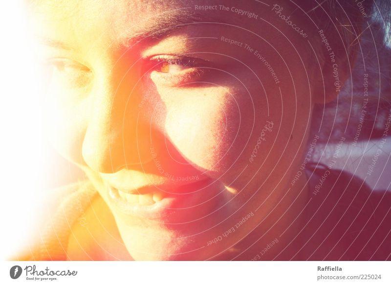 Lichterscheinung Jugendliche rot Gesicht Auge gelb Lampe Erwachsene Zufriedenheit Fröhlichkeit Zähne Lippen leuchten Freundlichkeit Lächeln genießen Mensch