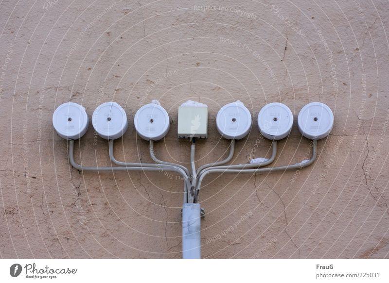Dosenversammlung weiß Winter Wand Schnee Mauer rosa Ordnung Energie Energiewirtschaft Kabel Kunststoff Symmetrie aufgereiht Verteiler Verteilerdose