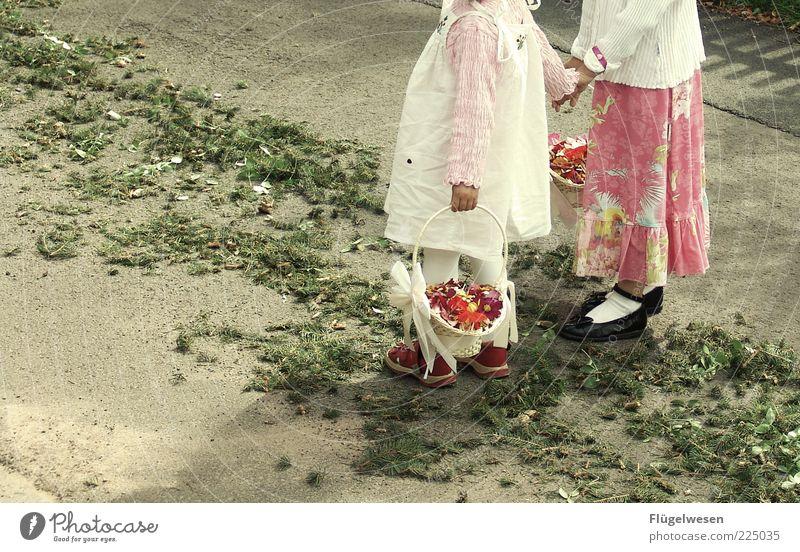 Blumenmädchen Mensch Hand Sommer Spielen Gefühle Feste & Feiern Hochzeit Kindheit natürlich Kleid Blumenstrauß Wohlgefühl Korb Kindererziehung Sympathie