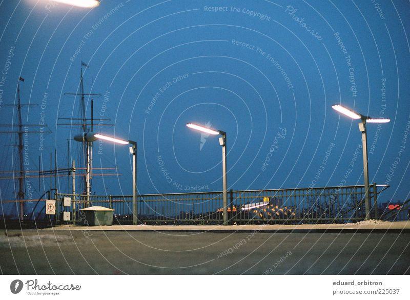 Fredugolon Hamburg Hafenstadt Schifffahrt Segelschiff Stadt blau Laterne Landungsbrücken Farbfoto Außenaufnahme Menschenleer Textfreiraum oben
