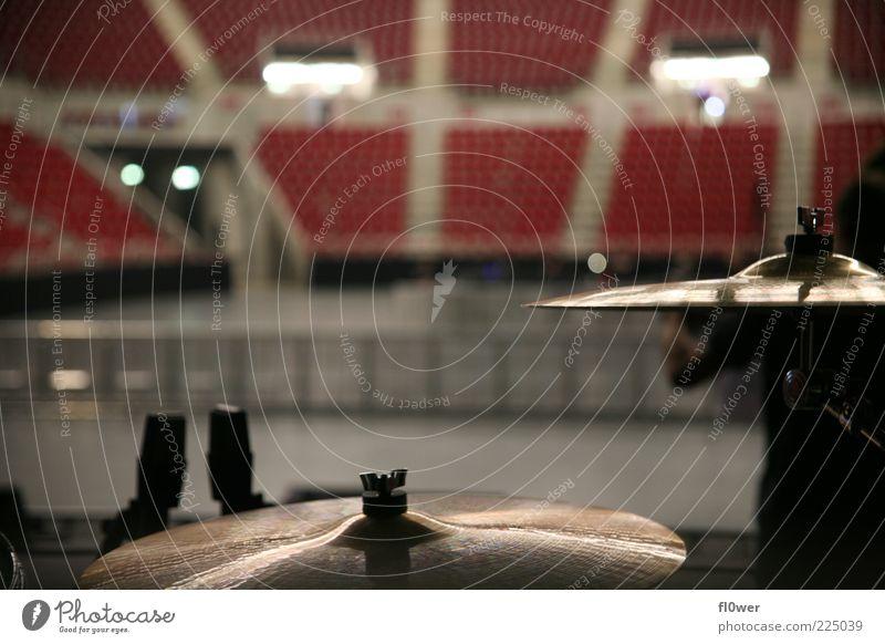 ISS Dome –Drums Entertainment Musik Bühne Show Konzert Schlagzeug Metall rot Halle Düsseldorf Sitzgelegenheit Becken leer Stehplatz Crash-Becken Ride-Becken