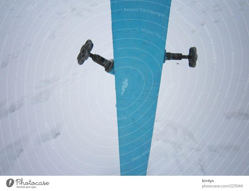 2 abgedrehte Typen einfach dünn blau weiß standhaft sparsam stagnierend Wasserrohr Freibad Wasserhahn Winter Winterpause Schnee lustig hell-blau rechts links