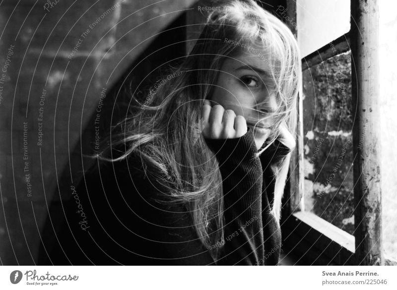 . Mensch Jugendliche schön Erwachsene Gesicht feminin Fenster Gefühle Haare & Frisuren träumen blond Fassade kaputt 18-30 Jahre Junge Frau genießen