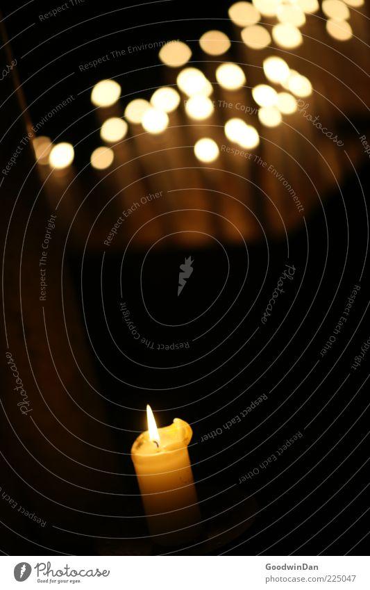 Schein dunkel Wärme Stimmung Feuer trist Hoffnung Kerze Flamme Glaube Kerzenschein Lichtpunkt Lichtfleck Vor dunklem Hintergrund Kerzenflamme Kerzenaltar