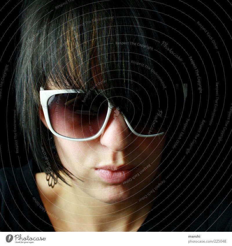 black vs white Frau Mensch weiß Gesicht schwarz dunkel feminin Stil Kopf Haare & Frisuren Erwachsene Coolness Brille Schutz Sonnenbrille erleuchten