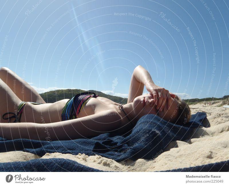 Blendende Hitze I feminin Junge Frau Jugendliche 1 Mensch Sand Wolkenloser Himmel Sonnenlicht Sommer Strand Erholung genießen heiß blau rosa Zufriedenheit