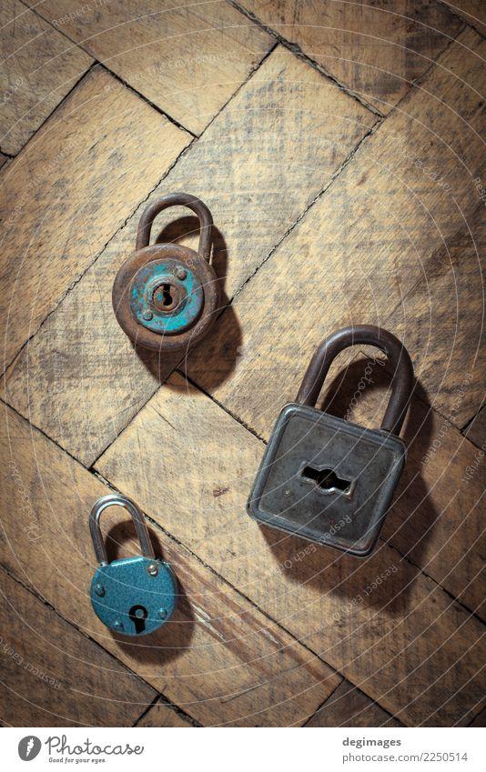 Alte Vorhängeschlösser auf Holz Metall Stahl Rost alt dreckig retro Sicherheit Schutz Geborgenheit Vorhängeschloss Schloss Hintergrund Tür Taste Rust Gate