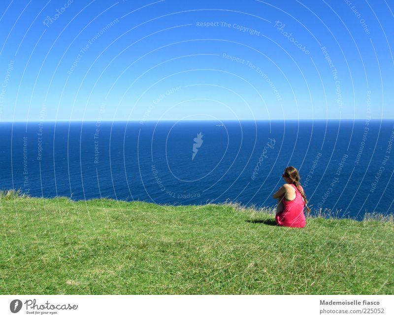 Fernweh? Ferne Sommerurlaub feminin Junge Frau Jugendliche 1 Mensch Wolkenloser Himmel Schönes Wetter Gras Hügel Meer Erholung Blick blau grün rosa Sehnsucht