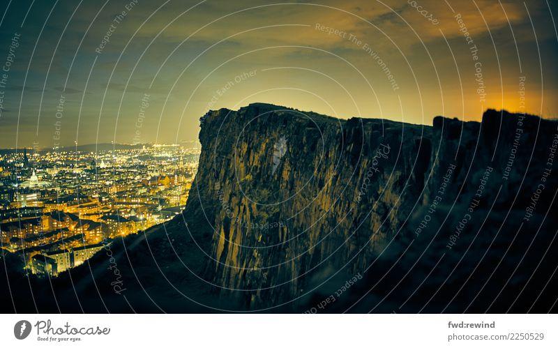Arthur's Seat Edinburgh Tourismus Ausflug Sightseeing Städtereise Umwelt Nachthimmel Hügel Felsen Holyroodhouse Hauptstadt Stadtzentrum Skyline Menschenleer