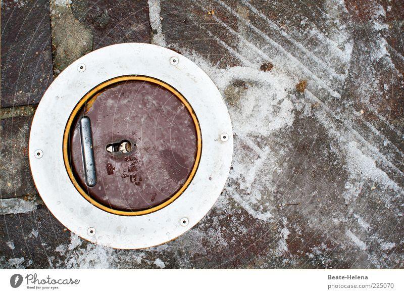 Es geht rund auf Frankreichs Straßen! Winter Straße Schnee Umwelt grau Stein Metall Wetter braun Eis geschlossen Frost rund Fußspur Öffnung Reifenspuren