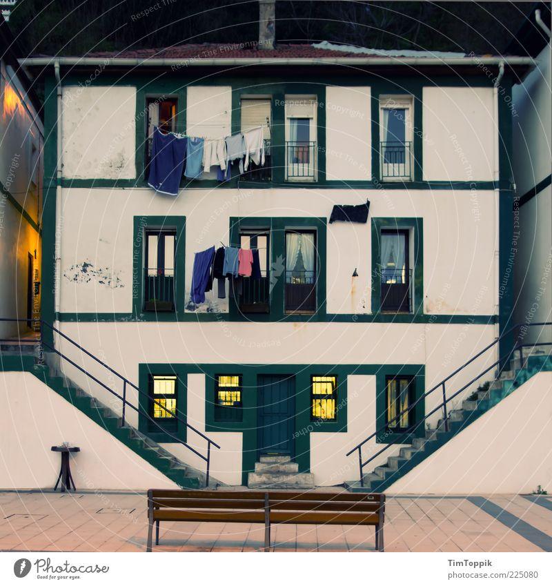 Casa Bilbao Dorf Fischerdorf Altstadt Menschenleer Haus Wäscheleine Parkbank Spanien Dämmerung Bank Fenster Fensterfront Verhext Märchen malerisch Promenade