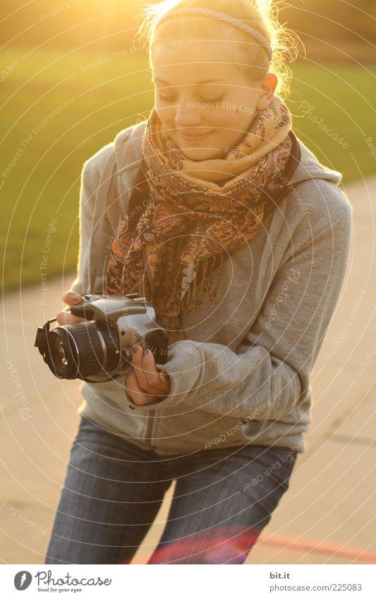 für froggy & akai Mensch Jugendliche schön Freude Gesicht Herbst feminin Glück Mode blond Fotografie Fröhlichkeit Jeanshose festhalten Fotokamera