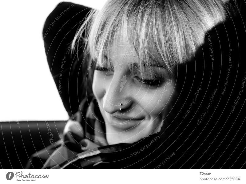 vorfreude Jugendliche schön Freude Erholung feminin Glück Kopf Haare & Frisuren Erwachsene Zufriedenheit blond natürlich Gelassenheit Lächeln genießen