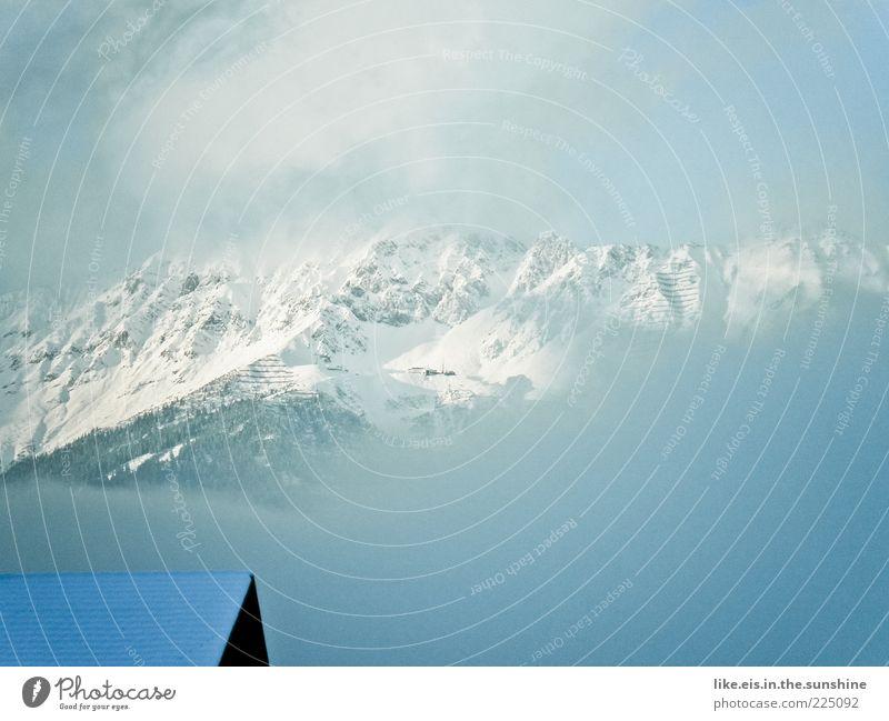 Über den Dächern Innsbrucks Landschaft Wolken Winter schlechtes Wetter Nebel Schnee Alpen Berge u. Gebirge nordkette seegrube Gipfel Schneebedeckte Gipfel