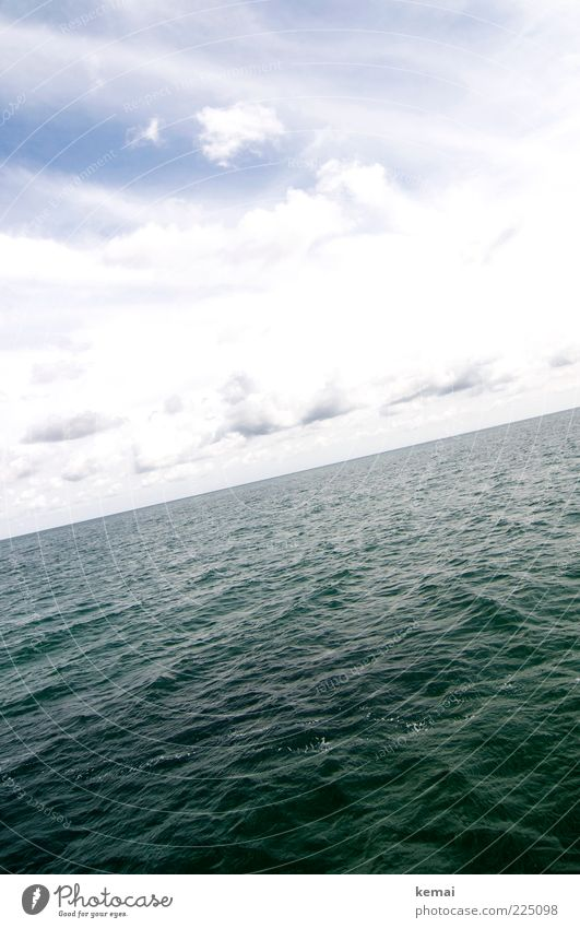 Leichter Wellengang Himmel Wasser grün Sommer Meer Wolken Ferne Umwelt Wellen Horizont groß Klima Unendlichkeit diagonal tief Schönes Wetter