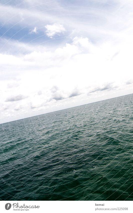 Leichter Wellengang Umwelt Wasser Himmel Wolken Sonnenlicht Sommer Klima Schönes Wetter Ostsee Meer groß Unendlichkeit grün Horizont Ferne Meerestiefe unruhig