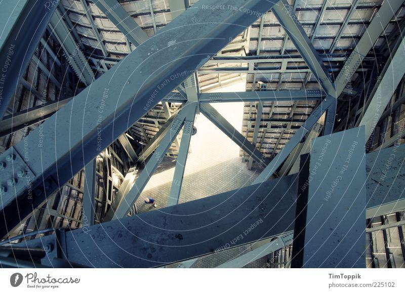 Im Stahlgewitter blau oben Architektur hoch Turm Industriefotografie Fabrik Bauwerk diagonal Spanien Eisen Konstruktion durcheinander abwärts