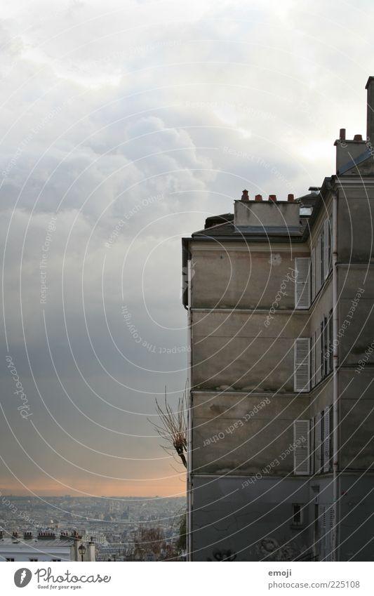 PARIS Hauptstadt Stadtrand Gebäude Mauer Wand Fassade Fenster außergewöhnlich bedrohlich dunkel Aussicht Surrealismus Paris Wolken Wetter Farbfoto