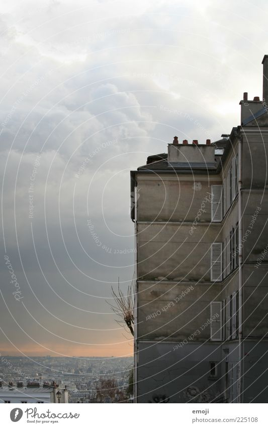 PARIS Stadt Wolken dunkel Wand Fenster Mauer Gebäude Wetter Horizont Fassade bedrohlich außergewöhnlich Paris Aussicht Hauptstadt Surrealismus