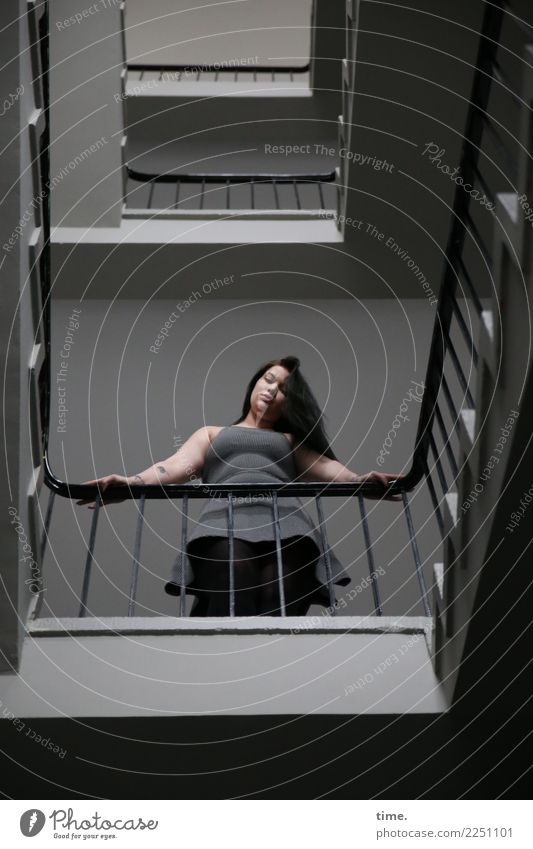 Lique feminin Frau Erwachsene 1 Mensch Treppe Treppenhaus Etage Treppengeländer Kleid brünett langhaarig beobachten festhalten Blick stehen warten schön