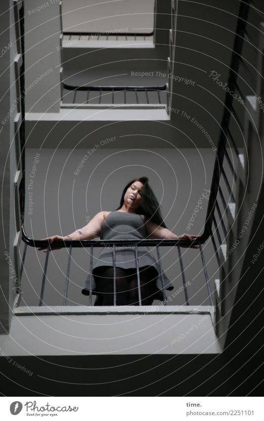 Lique Frau Mensch Stadt schön Erwachsene feminin Zeit Treppe Kommunizieren stehen Perspektive warten beobachten Coolness Neugier festhalten