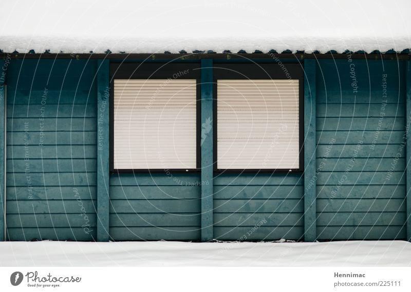 Heute Ruhetag. Winter Schnee Haus Feierabend Menschenleer Hütte Gebäude Fassade Fenster Dachrinne Holz Streifen kalt blau weiß ruhig geschlossen Jalousie