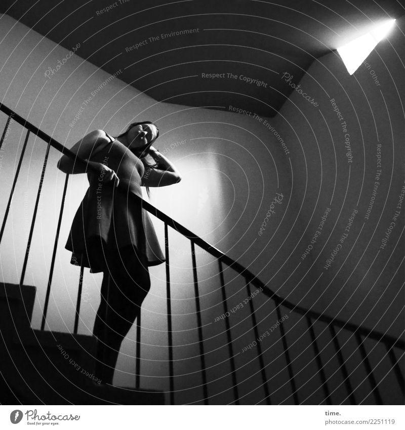 Lique feminin Frau Erwachsene 1 Mensch Mauer Wand Treppe Treppenhaus Lichtschacht Treppengeländer Kleid brünett langhaarig beobachten festhalten Blick stehen
