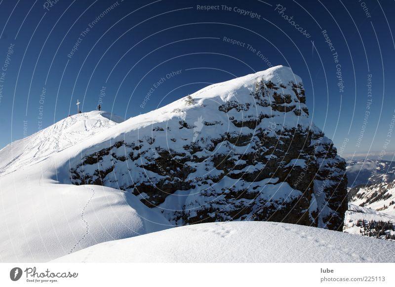 Kurz vorm Gipfel Natur blau Ferien & Urlaub & Reisen Winter Schnee Berge u. Gebirge Landschaft Umwelt wandern Felsen Tourismus Ziel Alpen Reisefotografie Gipfel Schönes Wetter
