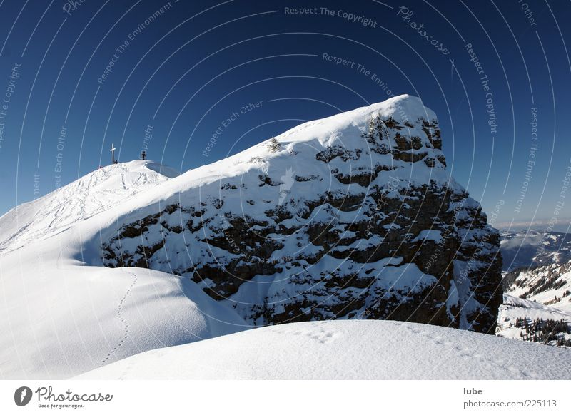 Kurz vorm Gipfel Natur blau Ferien & Urlaub & Reisen Winter Schnee Berge u. Gebirge Landschaft Umwelt wandern Felsen Tourismus Ziel Alpen Reisefotografie