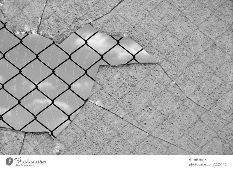 kein Entrinnen Himmel Platz Stahl Traurigkeit schwarz Schutz Geborgenheit Gewalt Glas Fenster gebrochen anketten Link Zaun Draht Metall Barriere Konsistenz