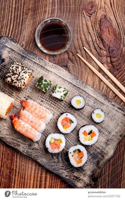 Sushi stellten auf Tonwarenplatte mit Essstäbchen und Sojasoße ein Lebensmittel Meeresfrüchte Mittagessen Teller Tisch Holz Rost frisch lecker oben Tradition