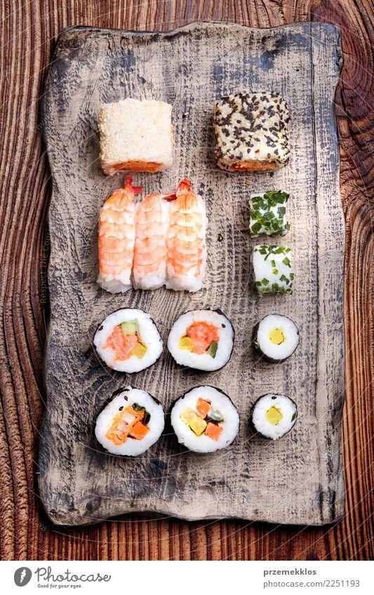 Sushi eingestellt auf Tonwarenplatte Lebensmittel Meeresfrüchte Mittagessen Teller Tisch Holz Rost frisch lecker oben Tradition Keramik Essen zubereiten