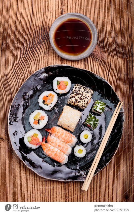 Sushi stellten auf Tonwarenplatte mit Essstäbchen und Sojasoße ein Lebensmittel Meeresfrüchte Teller Tisch Holz Rost frisch lecker oben Tradition Keramik
