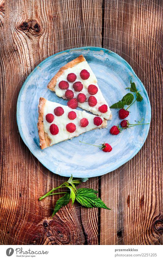 Hauptkuchen auf blauer handgemachter Tonwarenplatte Holz Lebensmittel oben Frucht Tisch lecker Süßwaren Rost Dessert Geschmackssinn Scheibe rustikal