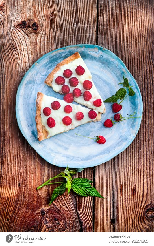 Hauptkuchen auf blauer handgemachter Tonwarenplatte Lebensmittel Frucht Dessert Süßwaren Tisch Holz Rost lecker oben backen Kuchen Keramik Essen zubereiten