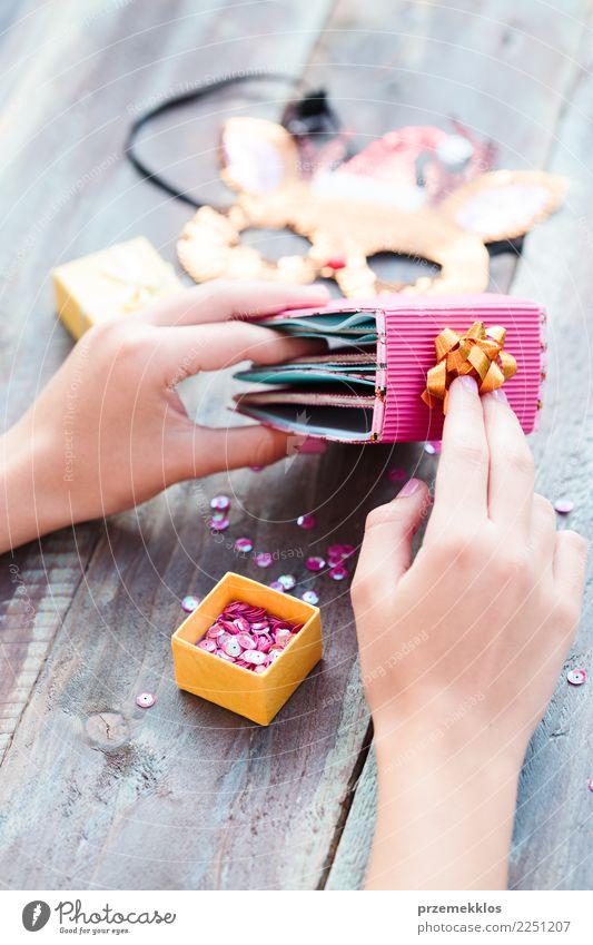 Weihnachtsrentiermaske mit Pailletten diy Ideen verzierend Lifestyle Design Freizeit & Hobby Dekoration & Verzierung Tisch Handwerk Schere Mensch Mädchen
