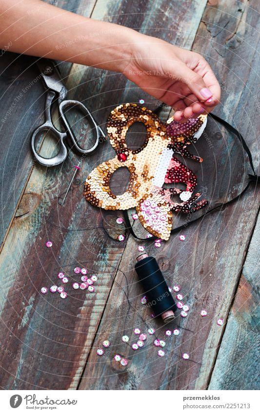 Frau Hand Erwachsene Holz Kunst Design Freizeit & Hobby hell Dekoration & Verzierung glänzend Kreativität Tisch Geschenk machen Schere Glitter