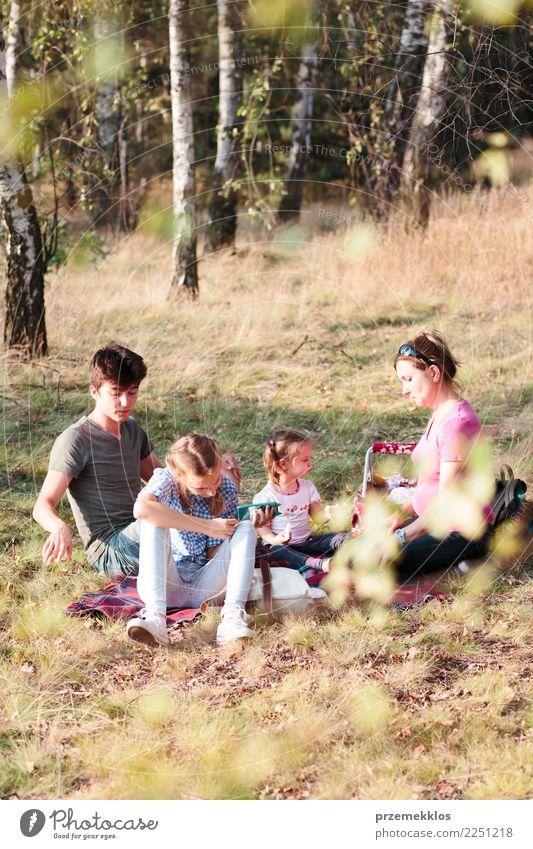Familie, die zusammen Ferienzeit auf einem Picknick verbringt Lifestyle Freude Glück Erholung Freizeit & Hobby Ferien & Urlaub & Reisen Sommer Kind Mädchen